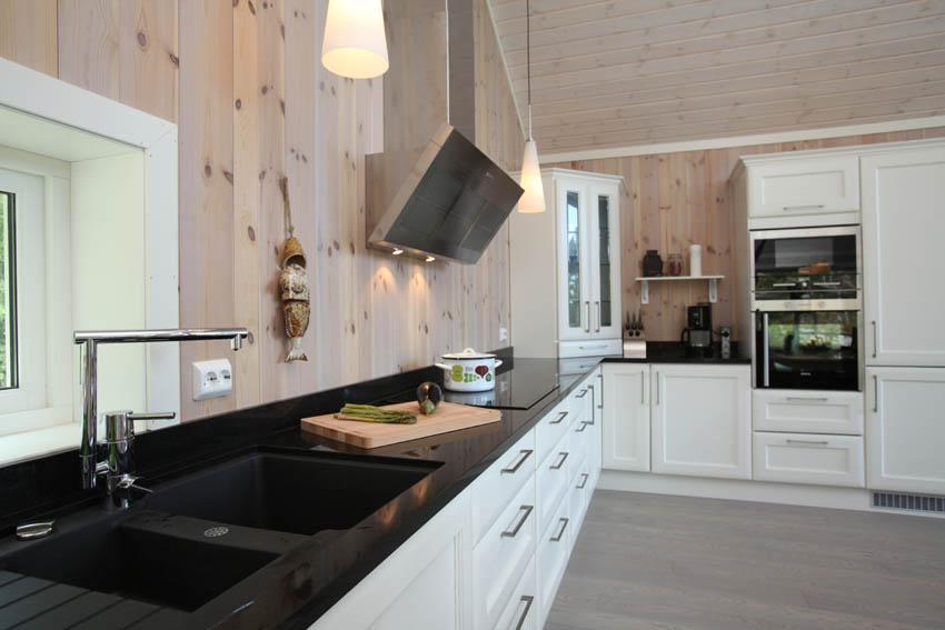 Kjøkken og spisestue levert Tjodalyng, Larvik. Granitt benkeplate