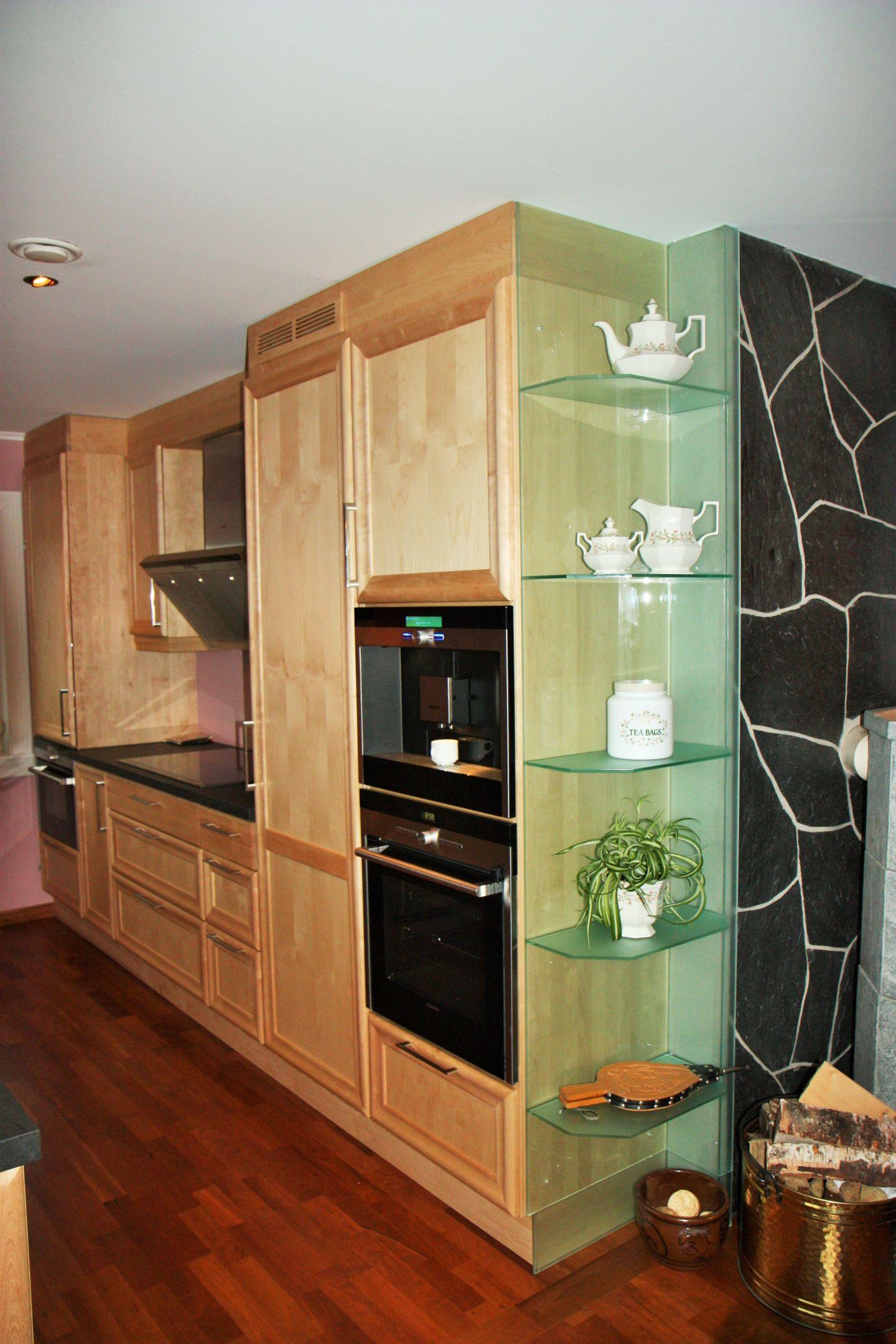 Kjøkken med glass hyller mot stue
