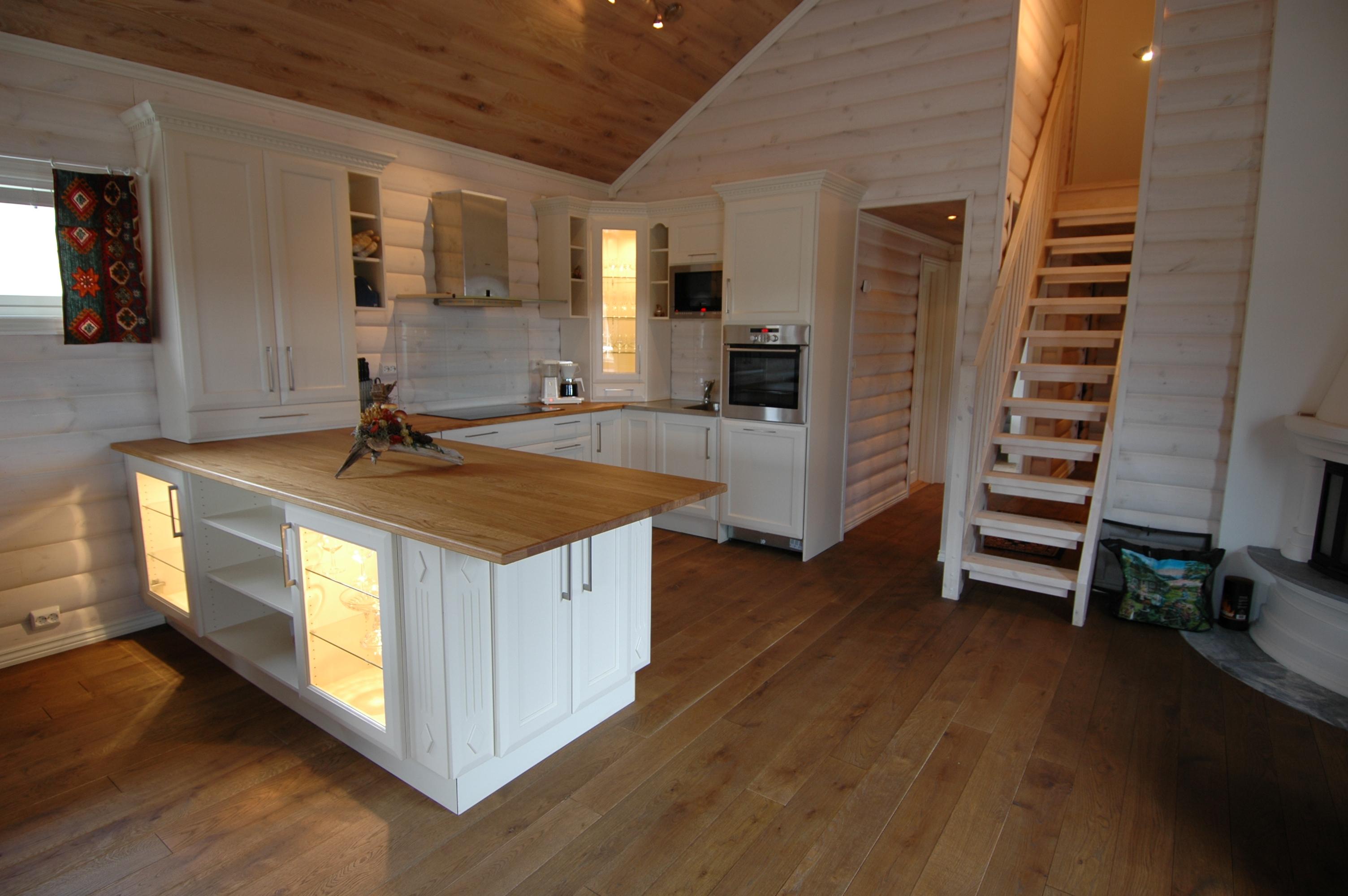 Kjøkken med benkeplater av tre