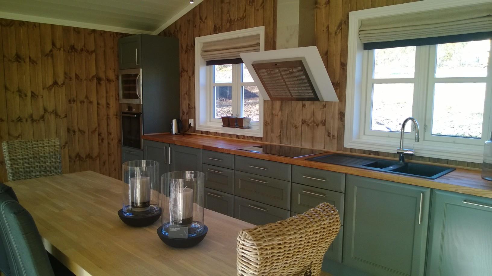 Lite koselig kjøkken men god benkeplass og masse hylle plass