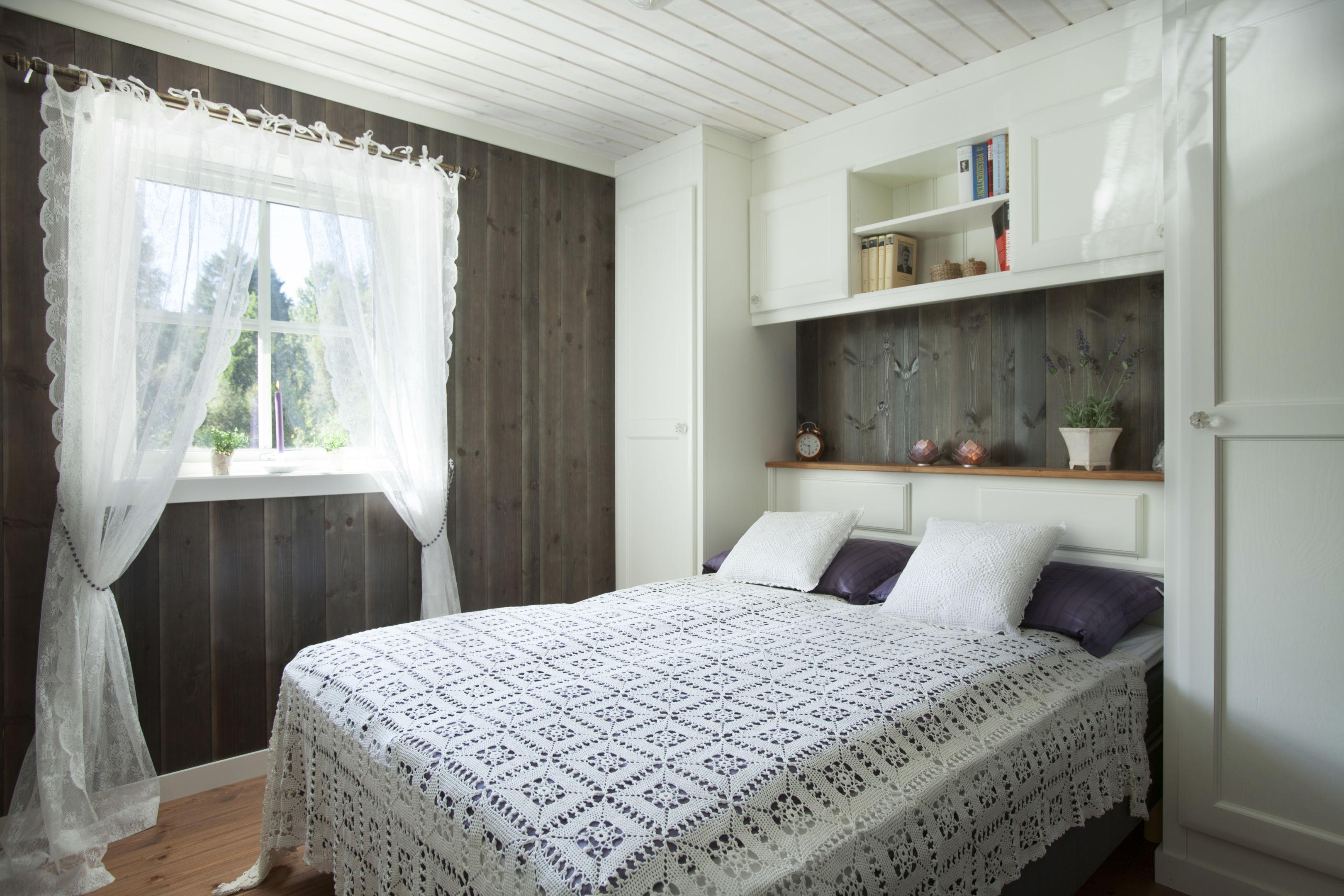 Foreldresoverom med integrert nattbord i hodegavel levert Tjodalyng, Larvik. Skapene tilpasses etter høyde og bredde