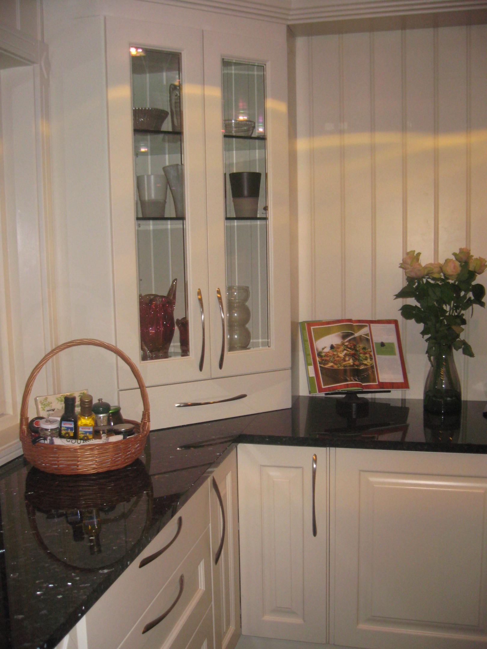 kjøkken med hjørne skap.