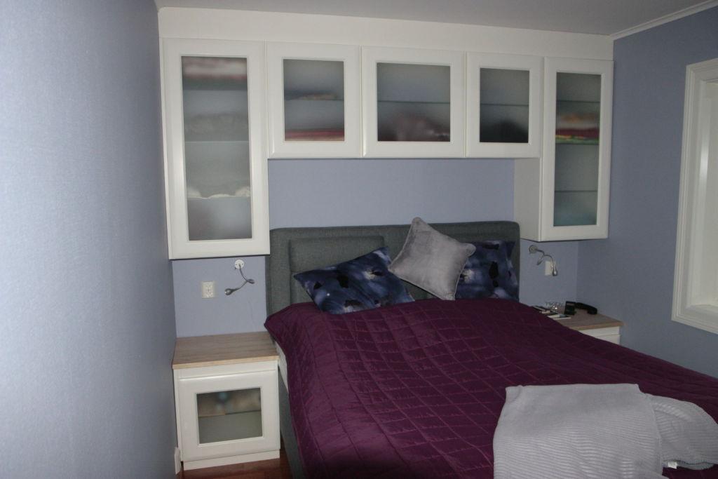 Soverom med enkel tilgang til skap over seng
