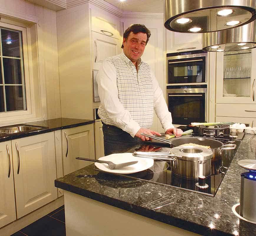 kbidesign.no - Jon Ødbehr viser stolt frem sitt flotte kjøkken.